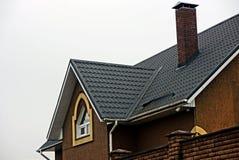 一个私有大厦的门面与一个铺磁砖的屋顶的 库存照片