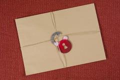 一个秘密信封,小包跳起与一条绳索,与符号锁 锁定开放 免版税库存照片