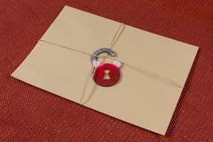 一个秘密信封,小包跳起与一条绳索,与符号锁 锁定开放 图库摄影