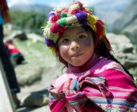 一个秘鲁女孩的画象在五颜六色的传统手工制造成套装备穿戴了 库存图片