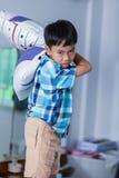 一个积极的亚裔孩子 看起来的男孩愤怒 消极人f 免版税库存照片