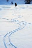 一个积雪的湖的滑冰的人 库存图片
