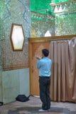 一个穆斯林人有他的祷告在清真寺,设拉子,伊朗 库存图片