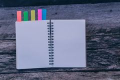 一个空白的日志或笔记本有颜色选项的在老木桌, vi上 免版税库存图片