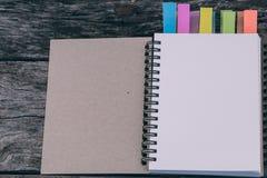一个空白的日志或笔记本有颜色选项的 五五颜六色的书签 免版税库存照片