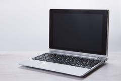 一个空白的膝上型计算机屏幕的灰色被定调子的图象 免版税库存照片