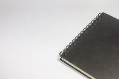 一个空白的黏合剂黑色笔记本的特写镜头在白色背景的 图库摄影