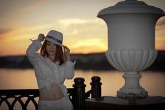 一个空白衬衣和帽子的女孩 免版税库存照片