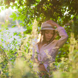 一个空白衬衣和帽子的女孩 库存照片