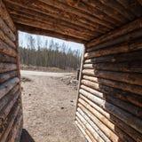一个空的农村木走廊的内部 免版税库存照片