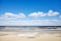 一个空的海滩的图片在冬天 库存照片