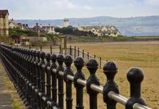 一个空的海滩和一座灯塔在Hoylake 免版税库存图片