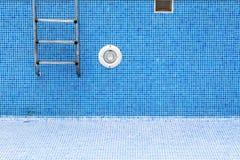一个空的游泳池 库存照片