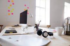 一个空的现代办公室或演播室的内部 库存图片