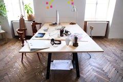 一个空的现代办公室或演播室的内部 库存照片
