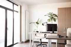 一个空的现代办公室的内部大看法  免版税图库摄影