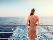 一个空的甲板的时髦的妇女 免版税库存图片