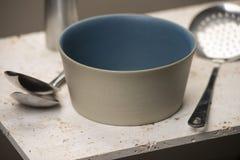 一个空的米黄平底的汤碗 免版税库存图片