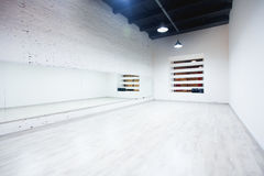 一个空的舞蹈和健身演播室的内部有顶楼设计和大镜子的 图库摄影
