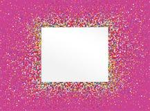 一个空的邀请对在五颜六色的五彩纸屑堆的一个假日  免版税库存图片