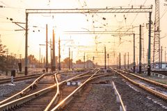 一个空的铁路排序的驻地或终端有许多的连接点,交叉路,显示红色或绿灯的动臂信号机,在明亮 免版税库存图片