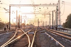 一个空的铁路排序的驻地或终端有许多的连接点,交叉路,显示红色或绿灯的动臂信号机,在明亮 库存照片