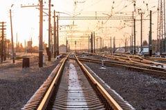 一个空的铁路排序的驻地或终端有许多的连接点,交叉路,显示红色或绿灯的动臂信号机,在明亮 免版税图库摄影