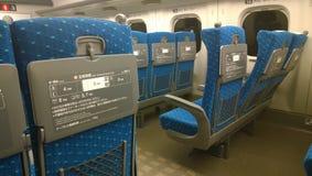 一个空的高速火车(Shinkansen)支架2的里面的看法 免版税库存图片