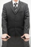 一个穿着体面的商人的特写镜头用在书桌上的手 免版税图库摄影
