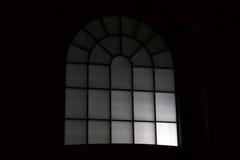 一个窗口的夜视图在一个室外购物中心的 免版税库存照片