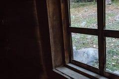 一个窗口的角落在一间老阿巴拉契亚客舱的,秋季 库存照片