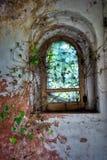 一个窗口,在一座被放弃的城堡,在意大利 库存照片