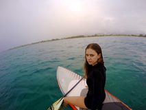 一个立场的女孩冲浪板在夏威夷 免版税库存图片