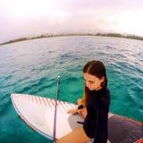 一个立场的女孩冲浪板在夏威夷 免版税库存照片