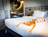 一个章鱼玩具在卧室 免版税库存照片