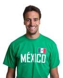 一个笑的人的画象墨西哥球衣的 图库摄影