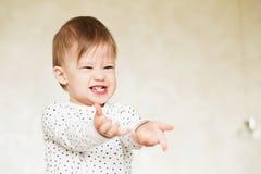 一个笑的女婴的画象睡衣的 库存照片