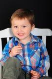 一个笑的白肤金发的男孩的画象有蓝眼睛的 免版税图库摄影