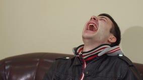 一个笑的年轻人的特写镜头面孔 股票录像