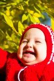 一个笑的婴孩的画象黄色叶子背景的  库存图片