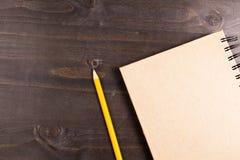 一个笔记本和一支铅笔的顶视图在它旁边 库存照片