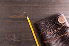 一个笔记本和一支铅笔的顶视图在它旁边 免版税图库摄影