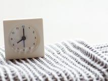 一个简单的白色模式时钟的系列在毯子的, 7/15 库存图片