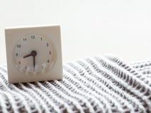 一个简单的白色模式时钟的系列在毯子的, 8/15 库存照片