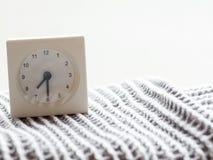 一个简单的白色模式时钟的系列在毯子的, 6/15 图库摄影