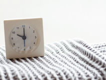 一个简单的白色模式时钟的系列在毯子的, 11/15 库存图片