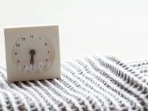 一个简单的白色模式时钟的系列在毯子的, 4/15 免版税库存照片