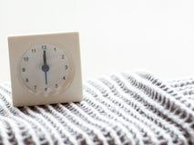一个简单的白色模式时钟的系列在毯子的, 15/15 免版税库存图片