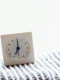 一个简单的白色模式时钟的系列在毯子的, 5/15 库存图片