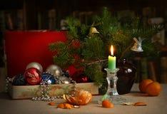 一个箱子圣诞节玩具、一个蜡烛和圣诞树 库存图片